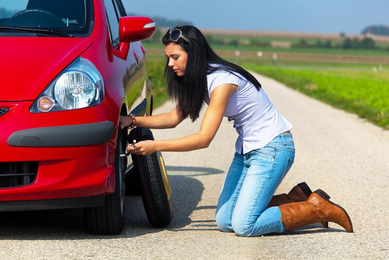 Om det visar sig att bilen är utrustad med reservdäck så kan man testa att byta däcket själv.